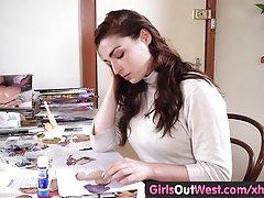 Dívky na západ - prsatá amatérské hračky svou chlupatou píču
