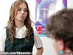 Realityjunkies nadržená školačka chce učitel