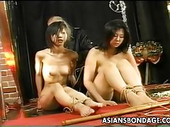 Dvě asijské děvky jsou svázaný tropil a proded